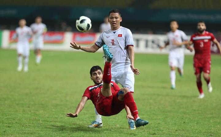 Syria (đỏ) hai lần phải dừng bước khi gặp Việt Nam trong năm nay. Lần đầu ở vòng bảng giải U23 châu Á. Khi đó, kết quả0-0 khiến Syria dừng bước, còn Việt Nam đi tiếp và tạo nên kỳ tích vào đến chung kết. Ảnh: Đức Đồng.