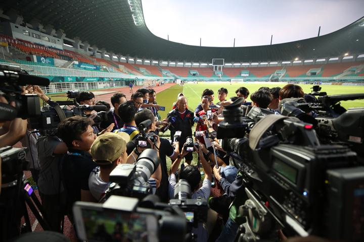 HLV Park Hang-seo nhận được sự quan tâm lớn từ truyền thông. Trong cuộc phỏng vấn ngắn hôm nay, có không ít phóng viên đến từ quê hương ông -Hàn Quốc. Ảnh: Đức Đồng.