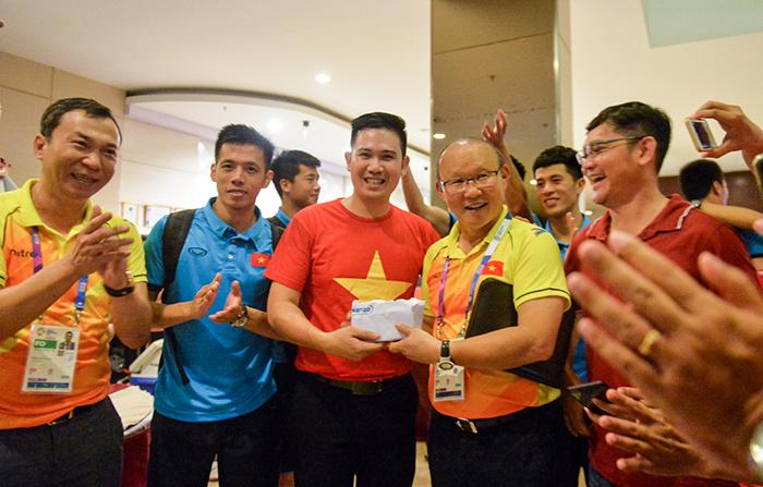 Doanh nhân Phạm Văn Tam (áo đỏ) trao thưởng nóng 25.000 USD cho HLV Park Hang-seo cùng các cầu thủ ngay tại khách sạn sau trận tứ kết.