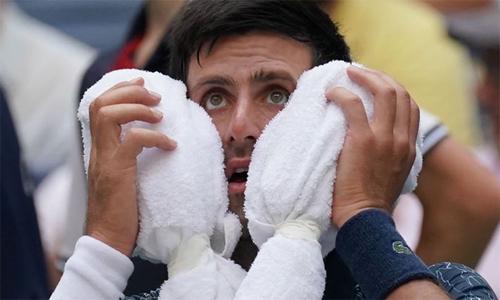 Gương mặt thất thần của Nole sau set ba. Ảnh: Sky Sports.