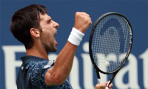 Djokovic vượt khó, thắng 10 game cuối trận để vào vòng hai. Ảnh: EPA.