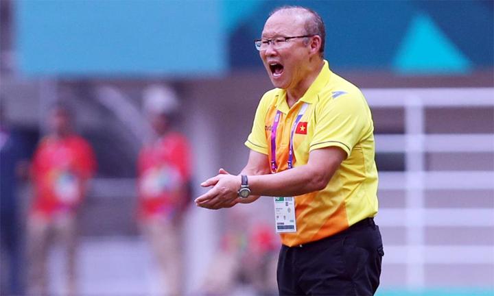 HLV Park Hang-seo liên tục ra sát đường biên để khích lệ, tiếp thêm tự tin cho các cầu thủ trong trận bán kết với đội tuyển Hàn Quốc quê hương ông. Ảnh: Đức Đồng.