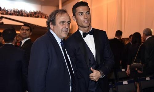 Platini chụp ảnh cùng Ronaldo trong một sự kiện. Ảnh: Reuters.
