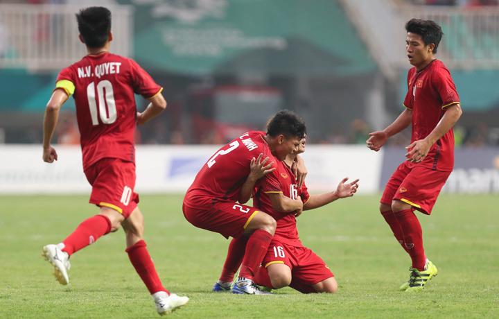 Minh Vương (số 16) cùng các đồng đội chung vui sau khi ghi bàn rút ngắn tỷ số xuống 1-3, ở trận đấu với Hàn Quốc hôm qua. Ảnh: Đức Đồng.