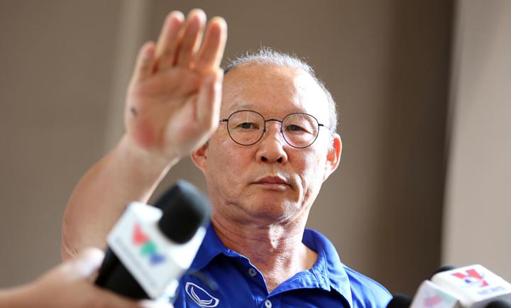 HLV Park Hang-seo ra hiệu cho các phóng viên Hàn Quốc ra chỗ khác. Ảnh: Đức Đồng.