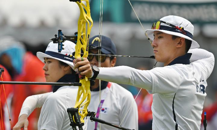 So Chaewon (trái) và Choi Yonghee (phải) lập KLTG nội dung cũng ba dây 50 mét hỗn hợp. Ảnh: Antara.