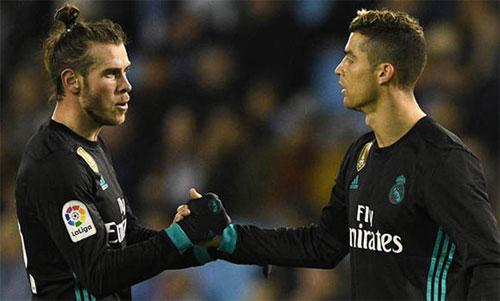 Bale (trái) phải đối mặt với nhiều kỳ vọng sau khi Ronaldo ra đi. Ảnh: Reuters