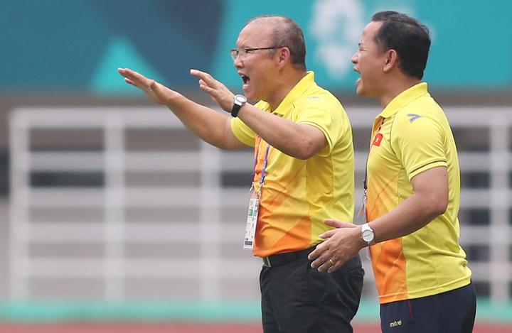HLV Park Hang-seo và trợ lý ngôn ngữ Lê Huy Khoa chỉ đạo các cầu thủ, trong trận đấu với Hàn Quốc hôm qua. Ảnh: Đức Đồng.