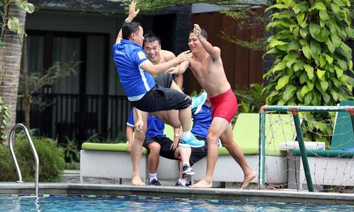 Cầu thủ Việt Nam ném trợ lý của HLV Park Hang-seo xuống bể bơi