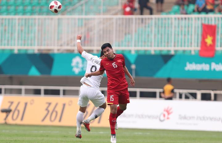 Đức Huy tranh chấp bóng với một cầu thủ Hàn Quốc, ở bán kết Asiad hôm 29/8. Ảnh:Đức Đồng.