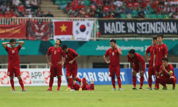 Sự căng thẳng của các cầu thủ Việt Nam khi thực hiện loạt sút luân lưu. Ảnh: Đức Đồng.
