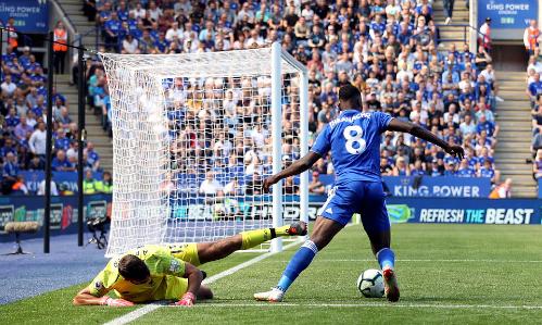 Alisson bị cướp bóng dẫn tới bàn thua của Liverpool. Ảnh: Empics Sport.