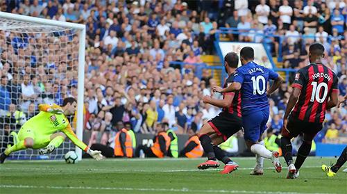 Pha ấn định tỷ số này là bàn thứ hai của Hazard ghi cho Chelsea tại Ngoại hạng Anh mùa mới. Ảnh: BPI.