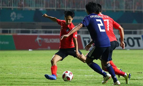 Lee Seung-woo mở tỷ số cho Hàn Quốc. Ảnh: Reuters.