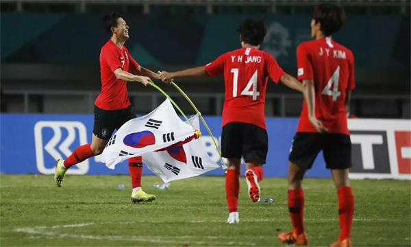 Son Heung-min và các đồng đội mừng chiếc HC vàng cùng suất miễn nghĩa vụ quân sự. Ảnh: Reuters.