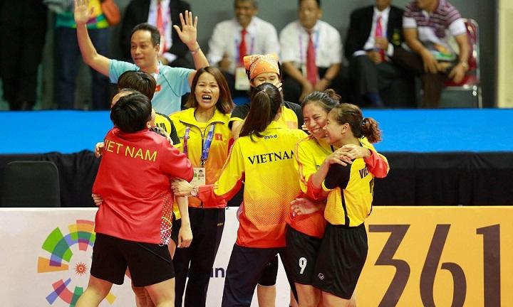Các tuyển thủ cầu mây nữ mang về chiếc huy chương thứ hai cho đoàn thể thao Việt Nam. Ảnh: Xuân Bình.