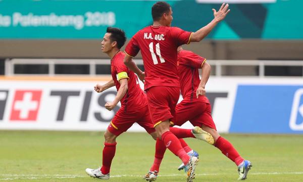 Việt Nam chủ động chơi tấn công và ép sân đối thủ UAE. Ảnh:Đức Đồng.