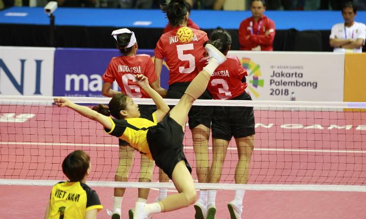 Dương Thị Xuyên có pha dứt điểm trong trận bán kết gặp Indonesia. Ảnh: Antara.