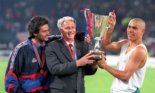 Ronaldo Nazario (phải), cố HLV Bobby Robson (giữa) và trợ lý HLV Jose Mourinho mừng Cup C2 năm 1997 trong màu áo Barca. Ảnh: Reuters