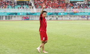 Văn Quyết lê chân đau đi cảm ơn CĐV Việt Nam