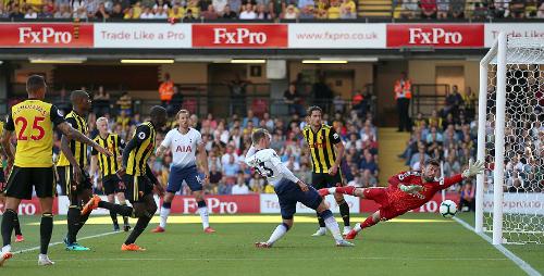 Pha phản lưới củaAbdoulaye Doucoure (thứ tư từ trái sang)giúp Tottenham mở tỷ số. Ảnh:PA.