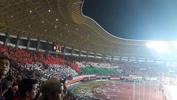 CĐV chủ nhà Indonesia tiếp đón nồng nhiệt cầu thủ Palestine.