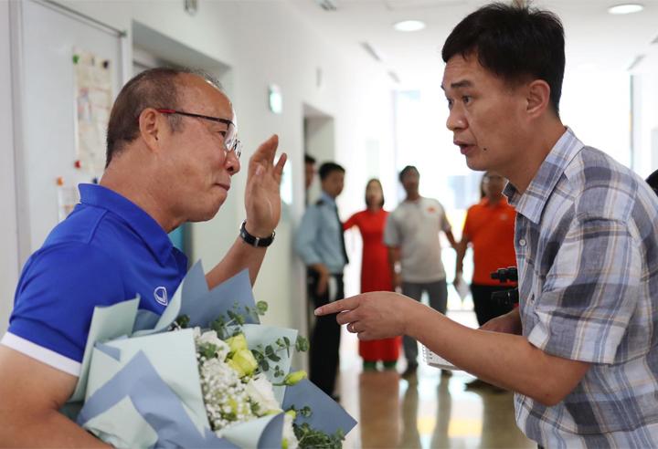 HLV Park Hang-seo trao đổi với phóng viên Yonhap sau cuộc phỏng vấn trực tuyến báo VnExpress hôm 3/9. Ảnh: Đức Đồng.