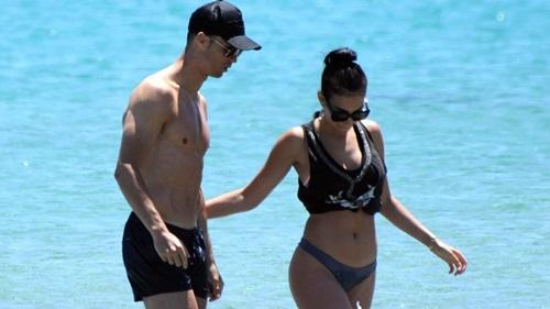Ronaldo và bạn gái Georgina hiện có một con gái chung. Ảnh: AP.