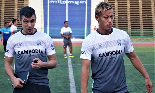Honda và cộng sự Felix trong buổi tập với đội tuyển Campuchia hôm 4/9. Ảnh:SoeurnVanndet.