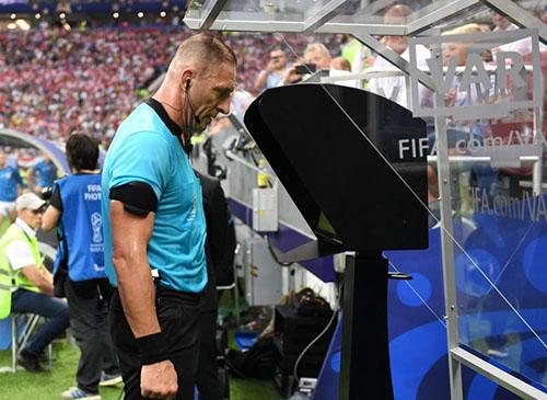 Một trọng tài đang xem băng hình tình huống gây tranh cãi nhờ công nghệ VAR tại World Cup 2018. Nhờ sự có mặt của VAR, số quả phạt đền ở World Cup 2018 tăng vọt. Ảnh: Reuters.