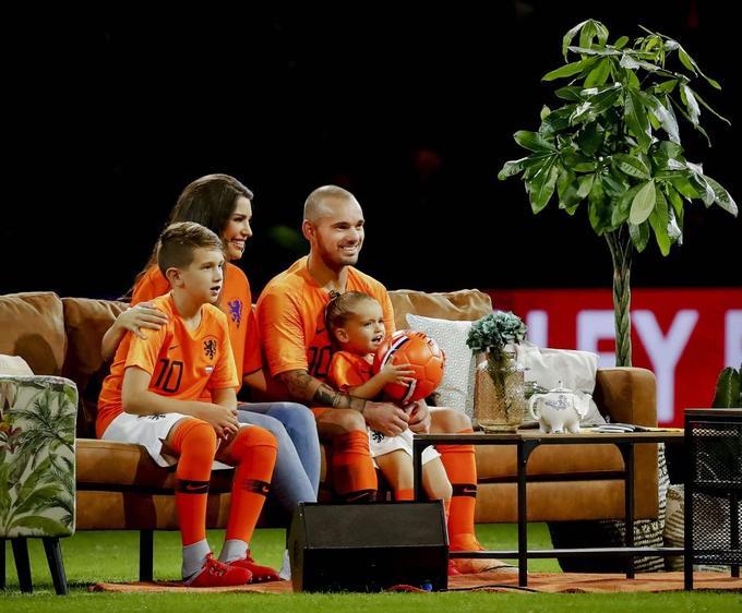 Sneijder ngồi sofa xem tóm tắt sự nghiệp sau trận chia tay tuyển Hà Lan