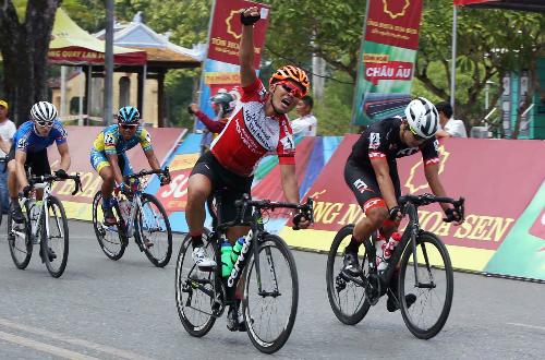 Nếu không có ý chí và nghị lực mạnh mẽ, tay đua Việt Nam đã không thể thắng được các tay đua ngoại phía sau. Ảnh: Tuấn Tài.