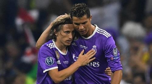 Modric (trái) và Ronaldo là những trụ cột giúp Real ba năm liên tiếp vô địch Champions League. Ảnh: AP.