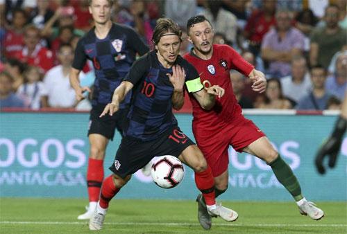 Modric tiếp tục đeo băng thủ quân dẫn dắt Croatia.