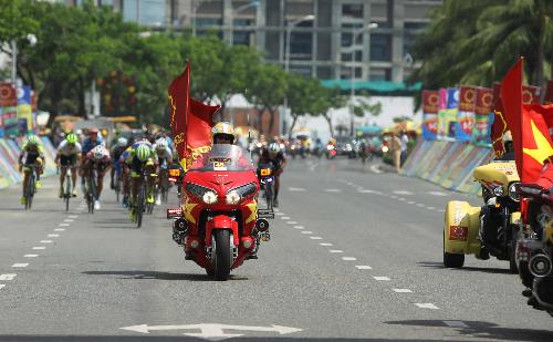 Lực lượng môtô dẫn đoàn ung dung về đích dù cho phía sau các tay đua đang tung nước rút với tốc độ cao để cán mức đến. Ảnh: Quang Liêm.