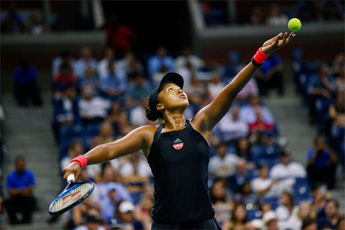 Osaka sở hữu những cú giao bóng uy lực chẳng kém gì đàn chị Serena Williams. Ảnh: Tennis Blog.