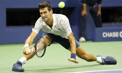 Djokovic không gặp nhiều khó khăn khi thi đấu trong điều kiện mát mẻ hơn trận tứ kết trước đó. Ảnh: EPA.