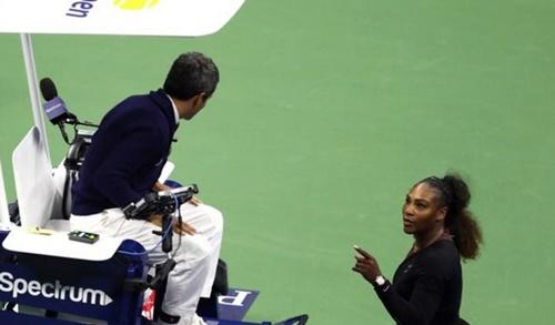 Serena chỉ mặt và tranh cãi kịch liệt với trọng tài Carlos Ramos. Ảnh: Reuters.