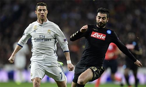Albiol (phải) từng nhiều lần chạm trán Ronaldo trong các trận Napoli - Real Madrid ở Champions League.
