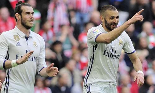 Bale (trái) vắng mặt trong khi đồng đội Benzema có tên trong danh sách ứng viên. Ảnh: Reuters