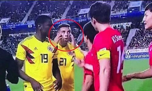Cardona giễu cầu thủ Hàn Quốc ngay trên sân khách. Án phạt năm trận được cho lànhẹ so với mức độ nghiêm trọng của hành vi. Ảnh chụp màn hình.