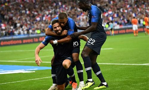 Giroud giải tỏa sức ép ghi bàn trong màu áo đội tuyển.