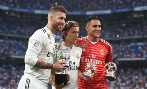 Modric (giữa) hiện là ngôi sao sáng nhất của Real. Ảnh: Reuters
