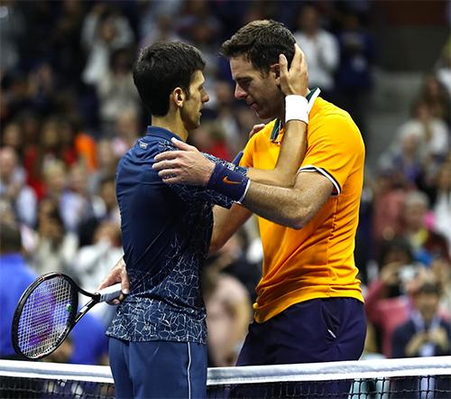 Djokovic an ủi khi bại tướng Del Potro rơi nước mắt vì thất bại. Ảnh: ATP World Tour.