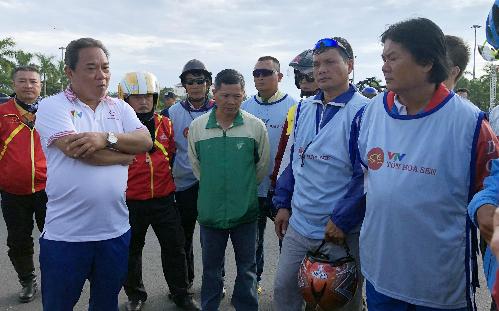 Ông Ngô Quang Vinh (áo trắng) giải thích với các đội đua trước khi quyết định lột số bốn tay đua. Ảnh: Quang Liêm.