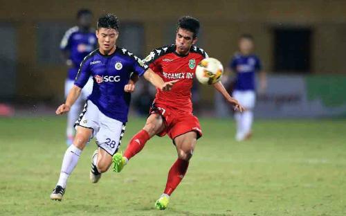 Trận bán kết lượt đi tại sân Hàng Đẫy ngày 25/7, Bình Dương (áo đỏ) hoà chủ nhà Hà Nội 3-3. Ảnh: VPF.