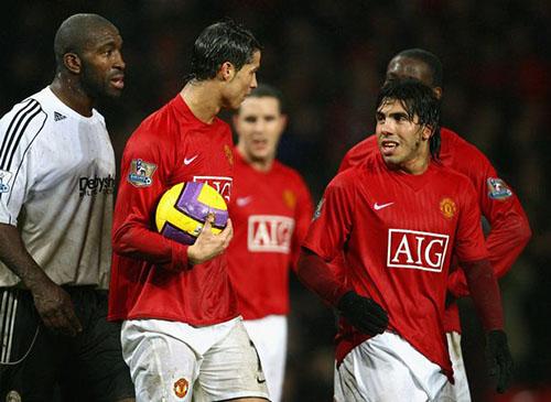 Tevez (phải) chơi bóng cho Man Utd trong hai năm, từ 2007 đến 2009. Khi tiền đạo người Argentina rời Old Trafford, người đồng đội Ronaldo cũng chuyển sang Real Madrid. Ảnh: Reuters.