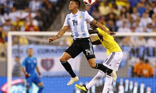 Argentina (áo sọc xanh trắng) đứng vững trước Colombia dù thiếu Messi, Aguero và Di Maria. Ảnh: Reuters