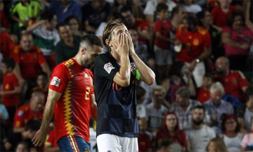 Modric ôm mặt sau bàn nâng tỷ số lên 5-0 của Ramos. Ảnh: Reuters