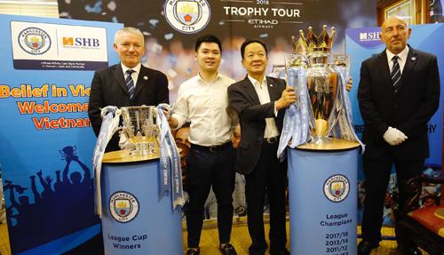 Bầu Hiển trong lễ đón Cup vô địch Ngoại hạng Anh và League Cup tại Hà Nội chiều 13/9.